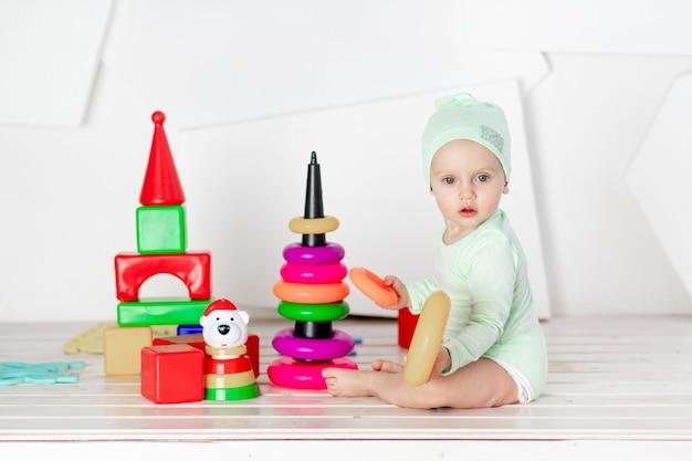 Criança brincando com cubos coloridos no quarto das crianças em casa, o conceito de desenvolvimento e lazer das crianças