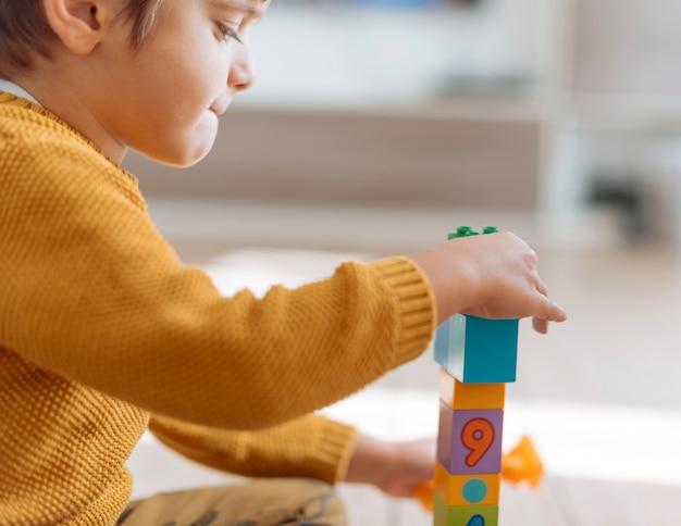 Criança brincando com cubos