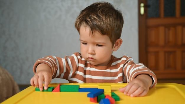 Criança brincando com formas geométricas