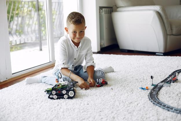 Criança brincando com lego em uma sala de jogos