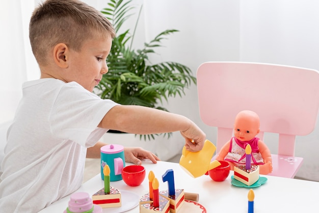 Criança brincando com um jogo de chá