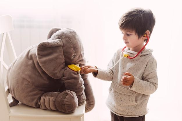 Criança brincando de médico