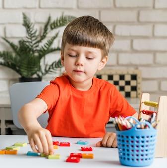 Criança brincando dentro de casa