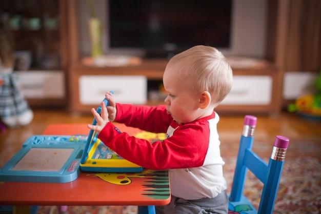 Criança brincando em casa