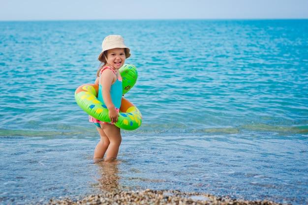 Criança brincando na praia