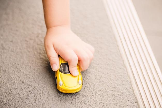 Criança brincando no carro de brinquedo