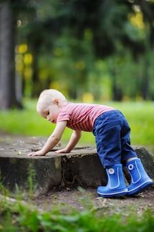 Criança brincando no dia do verão ou outono