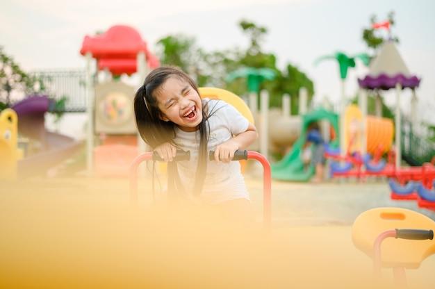 Criança brincando se divertindo no playground