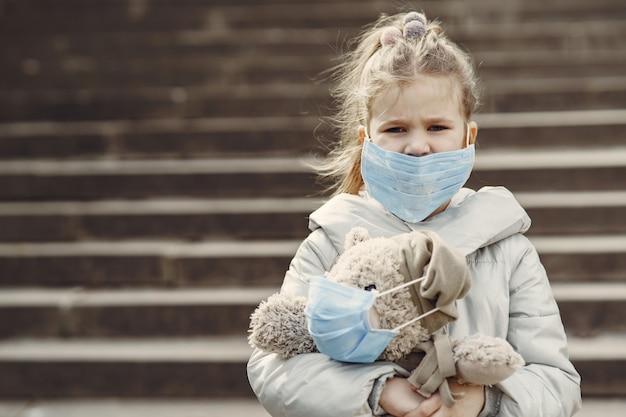 Criança caminha fora em uma máscara