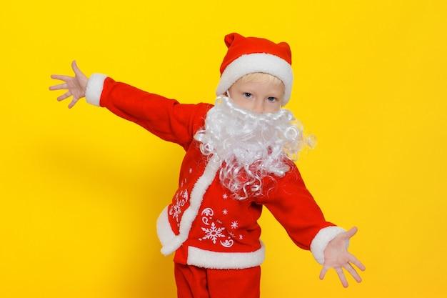 Criança caucasiana com fantasia de papai noel de ano novo