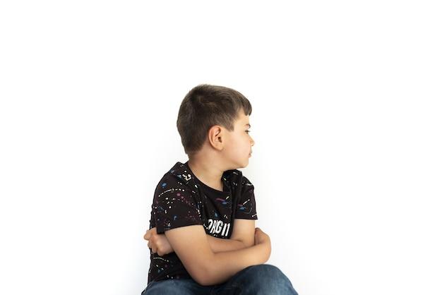 Criança caucasiana em pose de descontentamento Foto Premium
