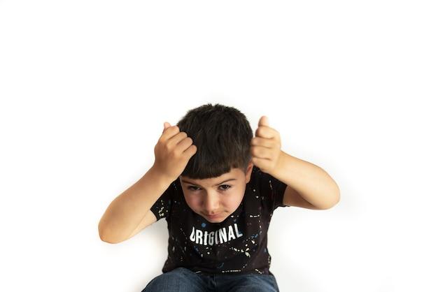 Criança caucasiana em pose de descontentamento