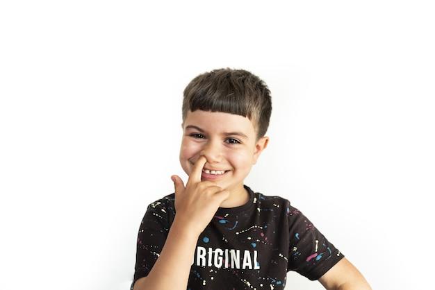 Criança caucasiana expressando diversão