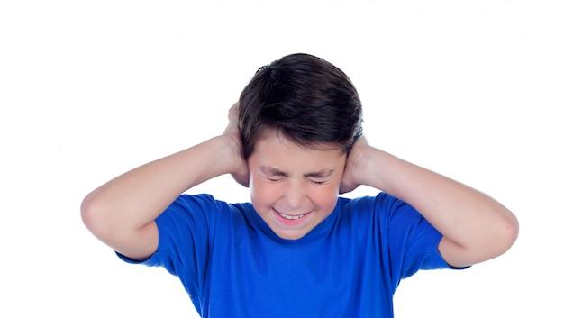 Criança chocada cobrindo as orelhas
