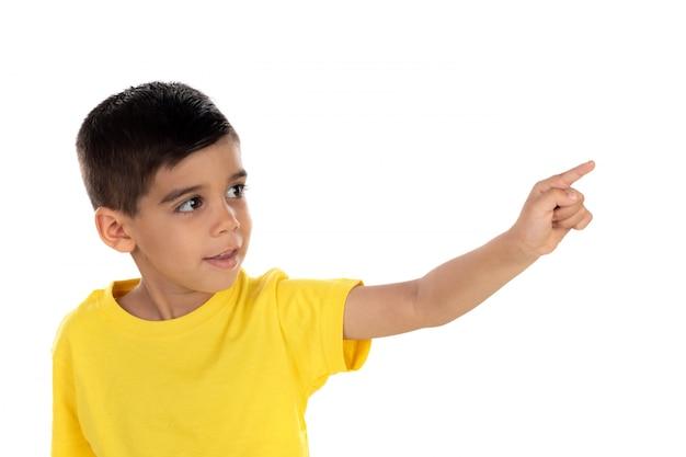 Criança cigana com t-shirt amarela apontando com a mão