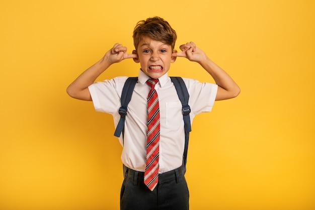 Criança cobrindo seus ouvidos porque