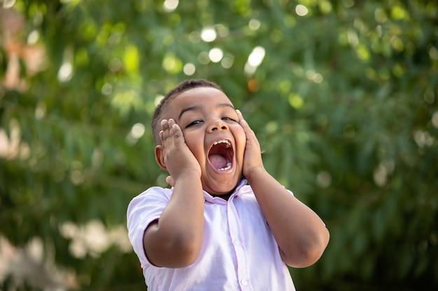 Criança colombiana surpresa em um parque