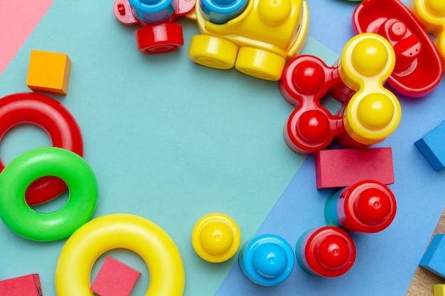 Criança colorida, criança educação brinquedos padrão de fundo com espaço de cópia. infância infância crianças bebês conceito