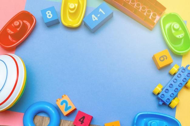 Criança colorida crianças educação brinquedos de fundo com espaço de cópia