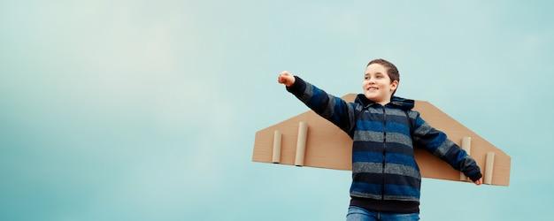 Criança com avião de asas. conceito de desenvolvimento de negócios bem-sucedido