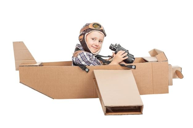 Criança, com, avião papelão