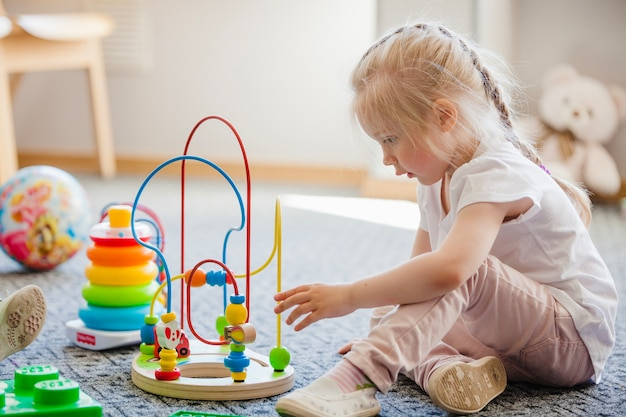 Criança com brinquedo no quarto