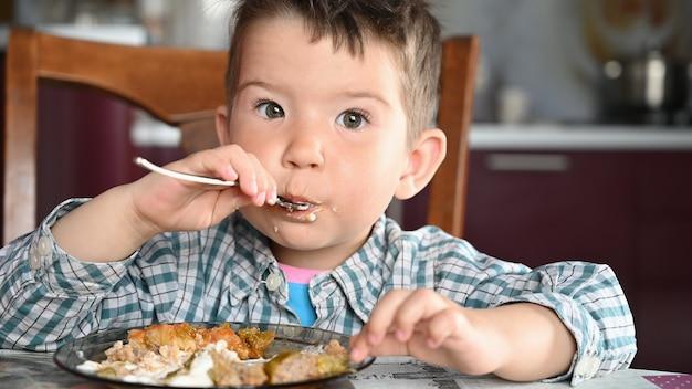 Criança com camisa comendo close-up.