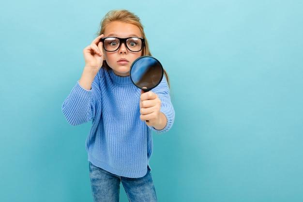 Criança com deficiência visual em um fundo azul