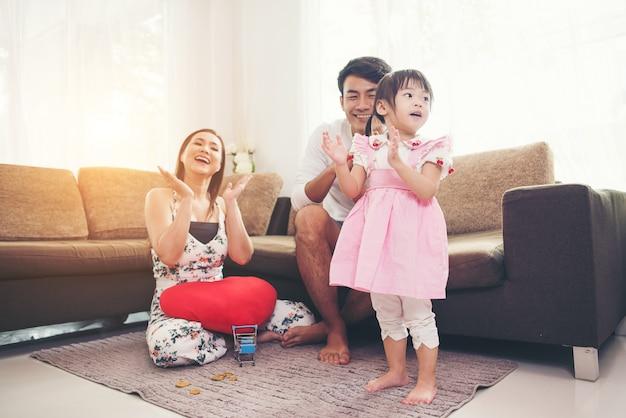 Criança, com, dela, pai, tocando, ligado, chão, em, sala de estar