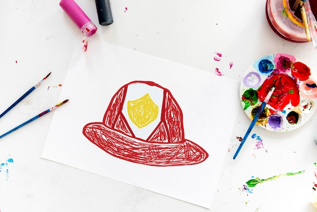 Criança com desenho de capacete de bombeiro