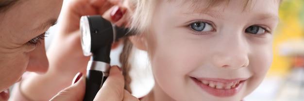 Criança com desvio de audição para exame médico
