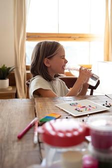 Criança com dose média bebendo água da garrafa