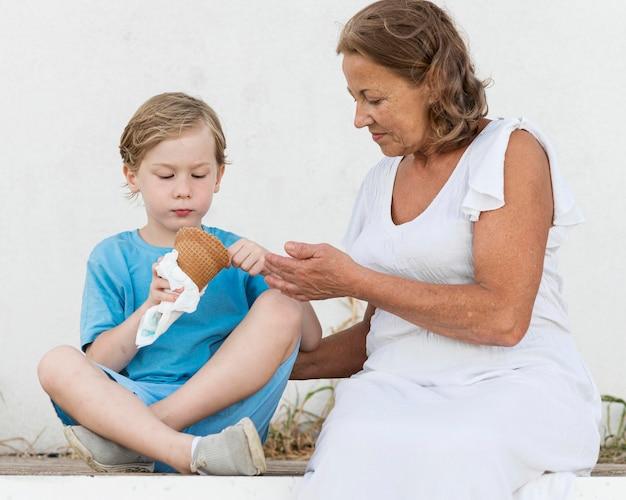 Criança com dose média tomando sorvete