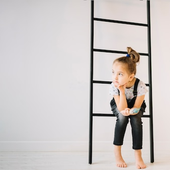 Criança, com, escova, sentando, ligado, escada, perto, parede, em, sala
