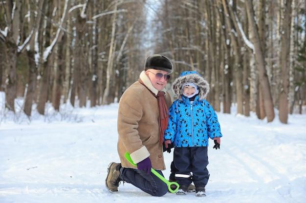 Criança com família se divertindo em um parque de inverno