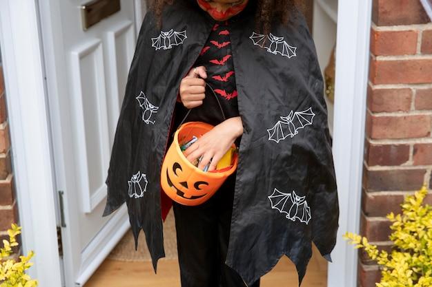 Criança com fantasia de diabo fofa, mas assustadora