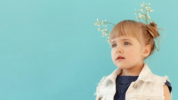 Criança com flores no cabelo