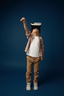 Criança com fone de ouvido de realidade virtual