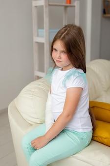 Criança com gesso em um pulso ou braço quebrado