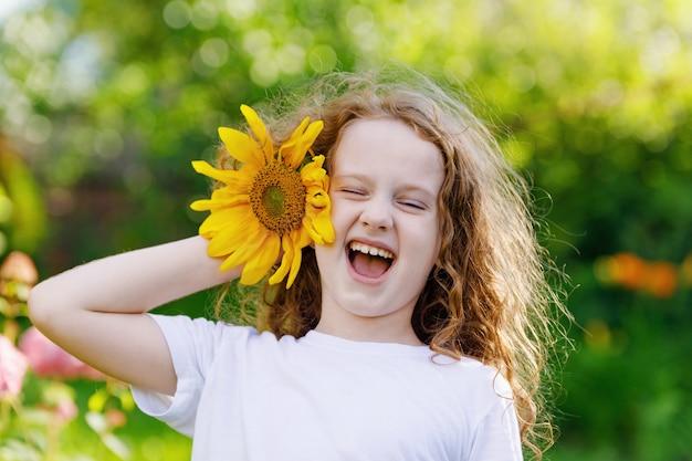 Criança, com, girassóis, em, seu, mão, mostrar, dentes brancos