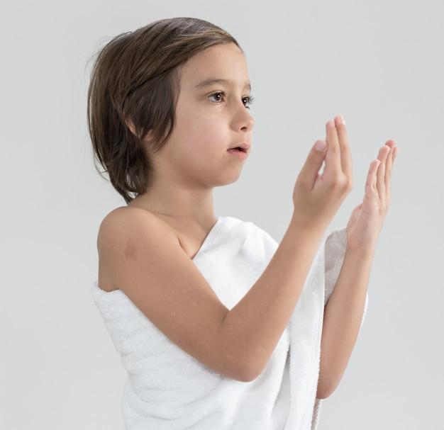 Criança, com, hajj, peregrinação, roupas, orando