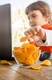 Criança, com, lascas, atrás de, um, computador