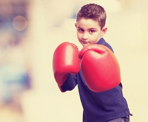 Criança com luvas de boxe