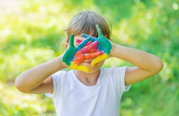 Criança com mãos e pernas pintadas
