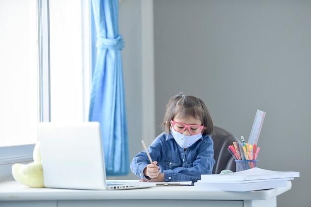 Criança com máscara voltando para a escola após quarentena e bloqueio covid-19.