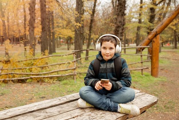 Criança com mochila caminhando em floresta digital detox, jovem viajante