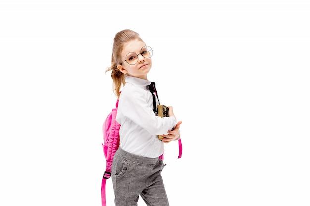 Criança com mochila. menina com mochila rosa