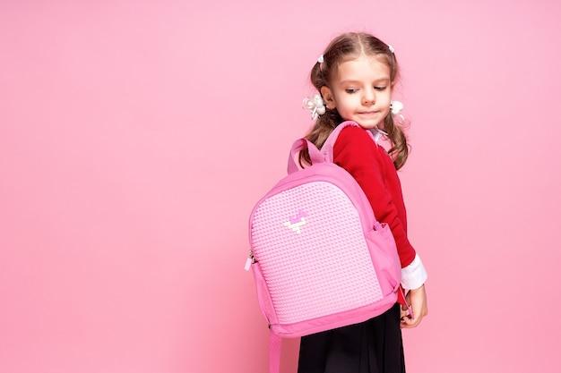 Criança com mochila. menina com mochila
