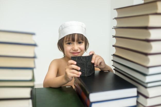 Criança com muitos livros