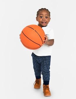 Criança com o conceito de basquete